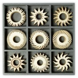 1852 1019- box met 45 stuks houten ornamentjes zon ster 10.5x10.5cm