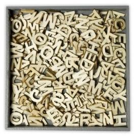811500/0299- box met 250 stuks houten ornamentjes alfabet letters 10.5x10.5cm
