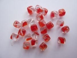 3963- 24 stuks glaskralen vierkant 6x6mm helder rood gevlekt
