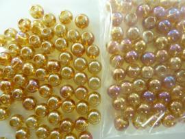 548 - Ruim 70 stuks 6 mm. glaskralen goud/oranje met AB coating
