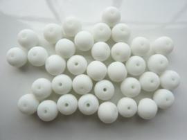 3745- ca. 35 stuks ronde glaskralen van 8mm mat wit rubberrized