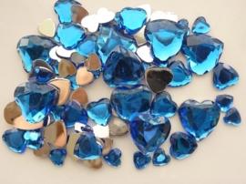 2282 0255- 80 x kunststof strass stenen assortiment hartjes van 8 tot 18mm lang d.blauw