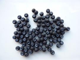 566- ca. 90 stuks ronde glaskralen van 4mm mat zwart rubberrized