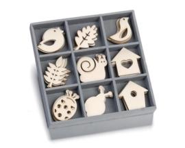 1852 1032- box met 45 stuks houten ornamentjes vogelhuis/blad/slak 10.5x10.5cm