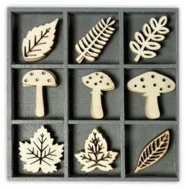 1852 1020- box met 45 stuks houten ornamentjes paddestoelen bladeren 10.5x10.5cm