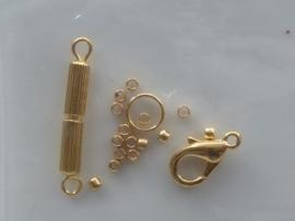 0068- 2 slotjes, 1 ringetje, en ca. 12 knijpkralen in een setje goud OPRUIMING