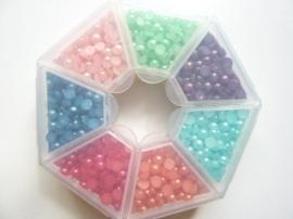 448- opbergbox gevuld met gekleurde halfronde plakpareltjes van 4mm