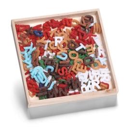 8001 299 - 250 stuks vilten letters van ca. 1cm in houten doosje