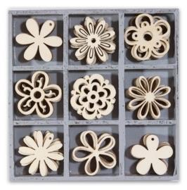 1852 1103- box met 45 stuks houten ornamentjes bloemen 10.5x10.5cm
