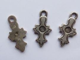 00820- zwaar metalen hanger kruis 30x15mm gepatineerd 1-zijdig bewerkt OPRUIMING