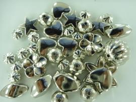 2665- 25gram licht metalen kralenmix zilver 10 tot 25mm