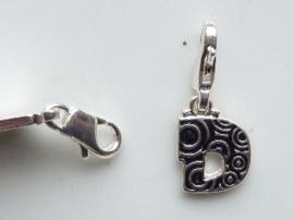 117467/1204- zwaar verzilverde metalen letter bedel D