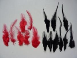 12235/3501- ca. 15 stuks hanenveertjes van 5 tot 11 cm lang rood-zwart