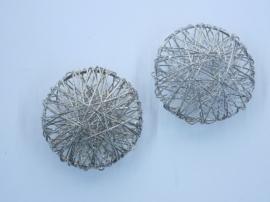 002365 104- draadomwonden grote platte kraal 36mm doorsnee staalkleur