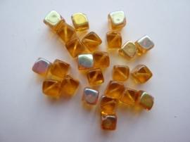 3952- 24 stuks glaskralen vierkant 6x6mm oker met AB coating