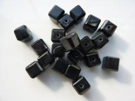3953- 20 stuks glaskralen vierkant van 7x7mm zwart met geslepen hoekjes