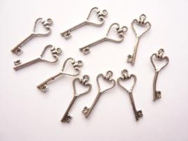 CH.769.10- 10 stuks bedels/hangers sleutels 26x10mm staalkleur SUPERLAGE PRIJS!