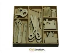 CE811500/0207- 45 stuks houten ornamentjes in een doosje couture nr.2 10.5x10.5cm
