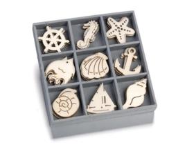 1852 1031- box met 45 stuks houten ornamentjes ocean paradise 10.5x10.5cm
