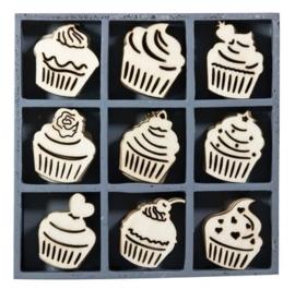 1852 1112- box met 45 stuks houten ornamentjes cupcakes 10.5x10.5cm