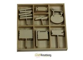 CE811500/0229- 35 stuks houten ornamentjes in een doosje wegwijzers 10.5x10.5cm