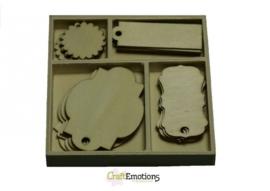 CE811500/0201- 20 stuks houten ornamentjes in een doosje labels 10.5x10.5cm