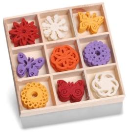 8001 216- 45 stuks vilten bloemetjes en vlinders van ca. 3cm in houten doosje
