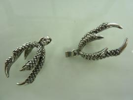 """7573 - 2 stuks metalen hangers/bedels """"klauw"""""""