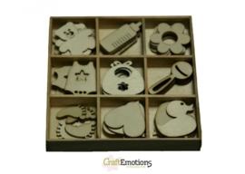 CE811500/0208- 45 stuks houten ornamentjes in een doosje baby 10.5x10.5cm