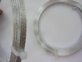 CH.001- 2 meter aluminiumdraad plat van 4 mm breed embossed zilverkleur