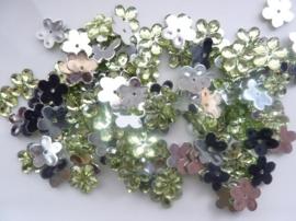 008022/0047- 120 stuks kunststof strass/spiegel bloemetjes van 12mm met gaatje lichtgroen