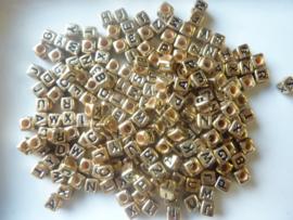 ca. 200 stuks letterkralen 6x6mm. brons/donkergoudkleurig - groot gat