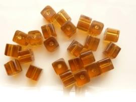 3968- 24 stuks glaskralen vierkant van 6x6mm lichtbruin