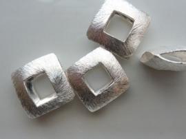117465/3728- zwaar metalen kraal geborsteld open vierkant 17x17mm