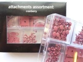 005814- Making Memories eyelets & scharniertjes cranberry rood 192 stuks OPRUIMING