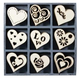 1852 1111- box met 45 stuks houten ornamentjes hartjes 10.5x10.5cm