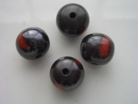 117465/4529- resin kraal 15mm zwart met rode vlekken