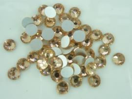 000645- ruim 50 kristalsteentjes SS30 6.4mm zalmroze - SUPERLAGE PRIJS!