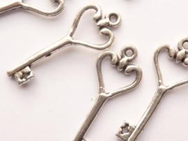 CH.769.100- 100 stuks bedels/hangers sleutels 26x10mm staalkleur SUPERLAGE PRIJS!