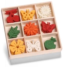 8001 208- 45 stuks vilten bloemetjes, vlinders en fruit van ca. 3cm in houten doosje