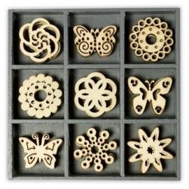 1852 1016- box met 45 stuks houten ornamentjes vlinder ornament 10.5x10.5cm