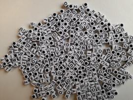 ca. 300 stuks letterkralen wit met zwarte letters 6x6mm - groot gat  - SUPERLAGE PRIJS!