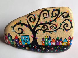 HPS04 Hand painted Happy stone by Hodeka.nl Boom met huisjes