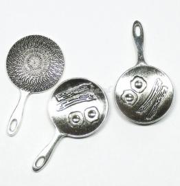 BDG09  1 x bedel Koekenpan Antiek Zilver ca. 40 x 22mm