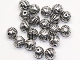 MLK12   10 x  Metallook kraal rond streep 10mm antiek zilver