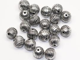 MLK12a   50 x  Metallook kraal rond streep 10mm antiek zilver