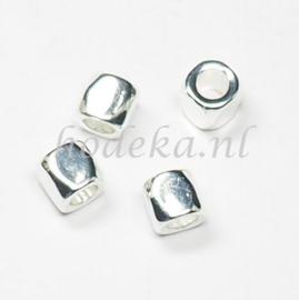 MTL85   4 x metalen kraal  Vierkant  7 mm Zilver