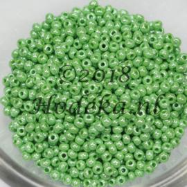 CRP10/78a  50 gram Preciosa Rocailles 10/0 Licht Groen met een prachtige glans