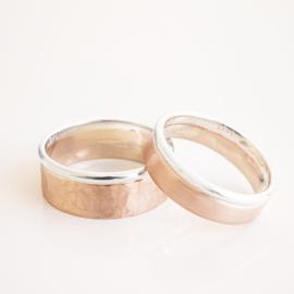 plat gehamerd en mat roodgouden ringen met een ronde zilveren rand