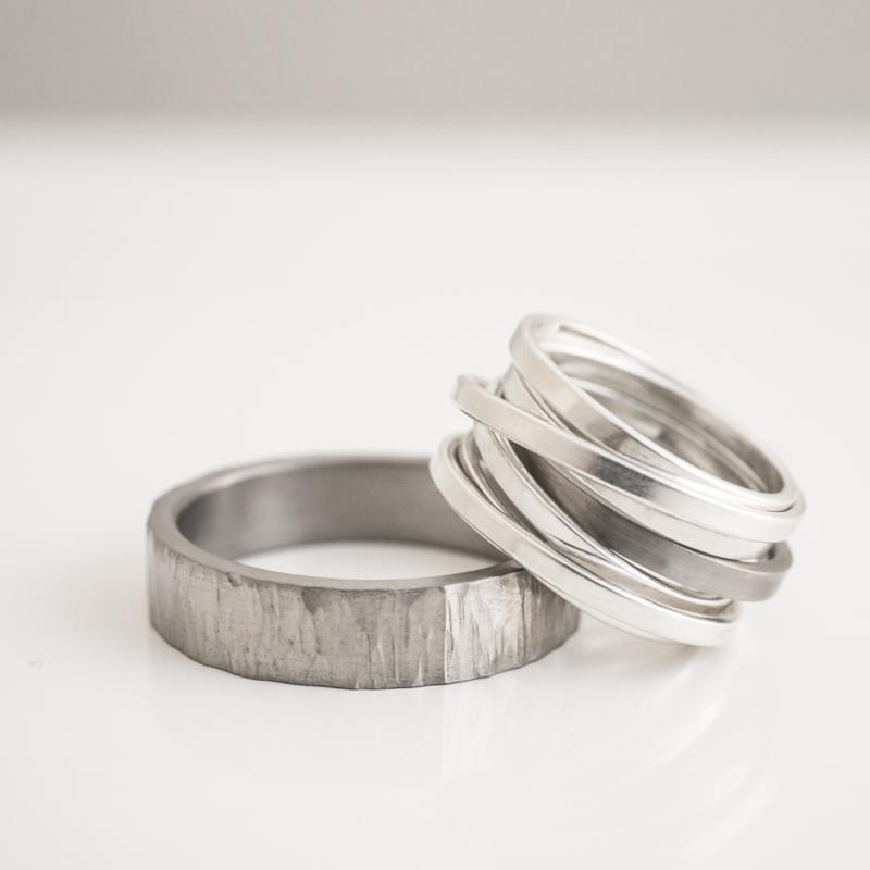 titanium en zilveren wikkel trouwringen